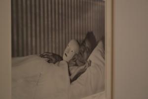 Cocteau en la cama con máscara. París, 1927