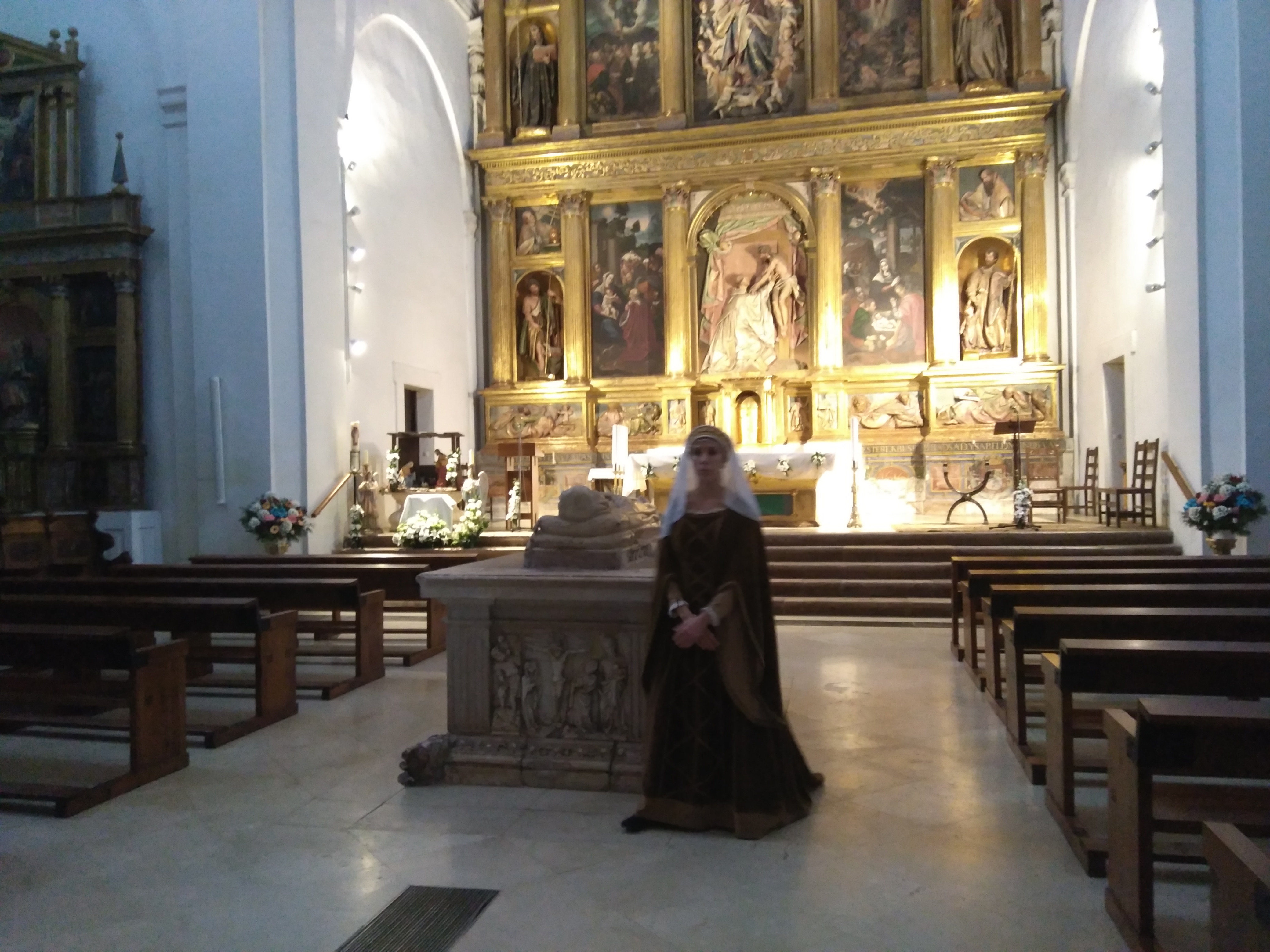 María de Molina en la Iglesia de la Magdalena, junto a su propio sepulcro