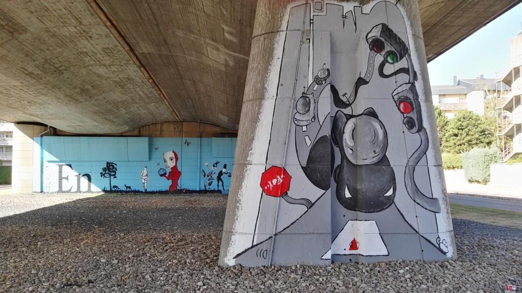 La propuesta futurista de Nieves Peral. Al fondo, el mural de El Artista Polímata.