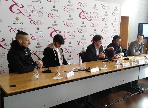 De derecha a izquierda: Íñigo Echevarria, Daniel Rohalvez, el director del Teatro Calderón, José María Viteri; Miguel Magdalena y Juan Cañas.