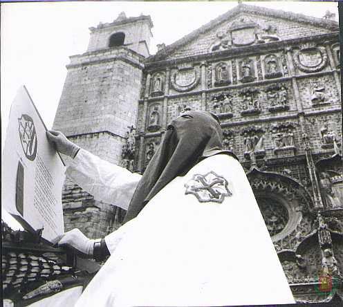 Jinete frente a San Pablo durante el Pregón de las Siete Palabras en los años 70.