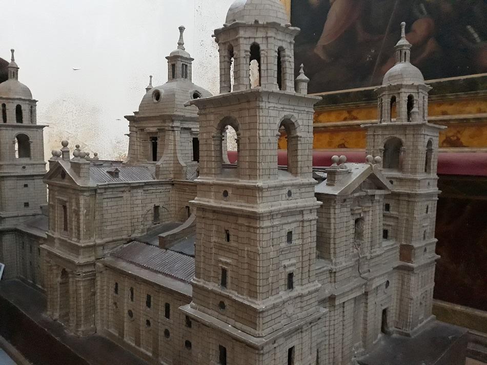 aqueta del diseño de Juan de Herrera expuesta en la Catedral de Valladolid, con torres de planta cuadrada. En primer término, 'la buena moza'.